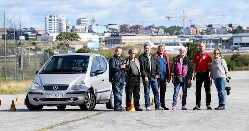 Uppställning för familjealbumet. Från vänster: PeO Kjellström, Robert Collin, Lars Jonsson, Jonas Borglund, Lena Malmberg, Richard Holtz och Ute Kolla-Bliesener. Eric Lund var med i bilen men hade inte tid att vara med denna dag.