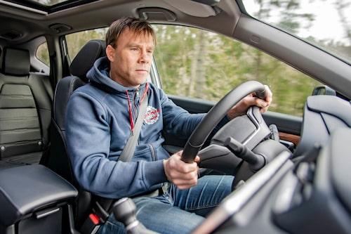 Stötdämpningen vid små ojämnheter är inte bilens starka sida, trots att chassits grundinställning uppfattas som mjuk.