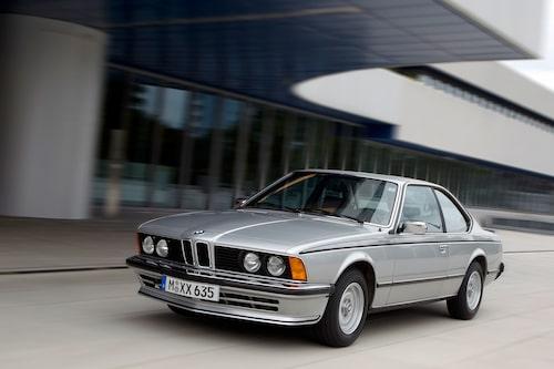 Chefsdesigner Paul Bracqs design vann ledningens gillande och slog ut ett förslag från självaste Giugiaro. De okonstlade coupédragen stod sig bra formmässigt långt in på 1980-talet.