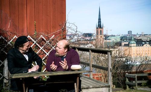 Olle Adolphsons son Linus och Wille har en podcast ihop – Våra drömmars stad – om det historiska Stockholm. Den här gången spelas avsnittet in hos Linus på Mariaberget.