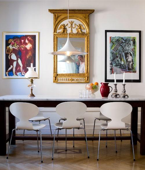 Marmorbordet med träunderrede är hemdesignat. Inspirationskälla var bordet som Willes farmor Elsa hade på sin herrgård. Spegeln är arvegods på Willes mammas sida och de trebenta Myranstolarna köpte han på Blocket. Till vänster litografi av Peter Dahl.