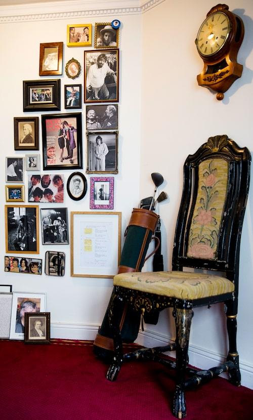 """Willes memorywall ovanför trappan. Stolen är arvegods från herrgården Marielund, liksom väggklockan. Golfbagen är där """"helt utan rimlig anledning""""."""