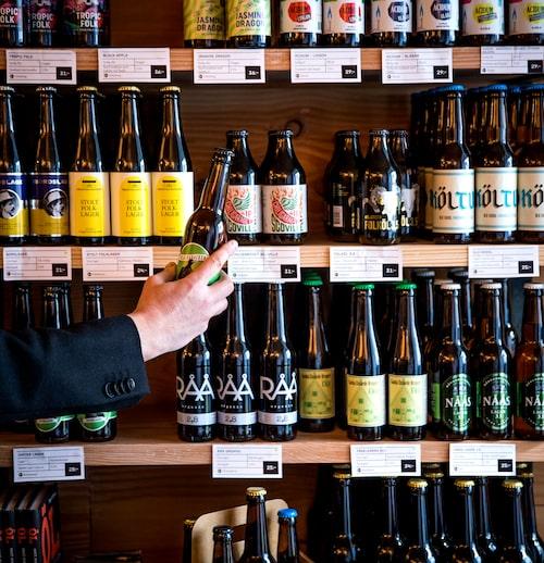 """Folkölsbutiken på Hornsgatan42. """"Jag gillar att man sätter fokus på öl och att det är gott även med lågalkoholhaltiga drycker. Så här bra kan det bli när man satsar helhjärtat på ett koncept."""""""