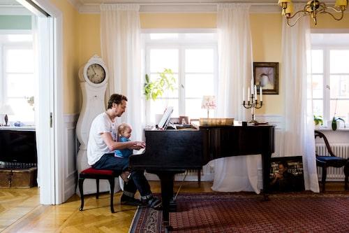 Wille och dottern Jojo spelar piano. Moraklockan är från sent 1800-tal, köpt i en antikaffär på Hornsgatspuckeln.