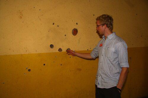 Skotthål i väggen.