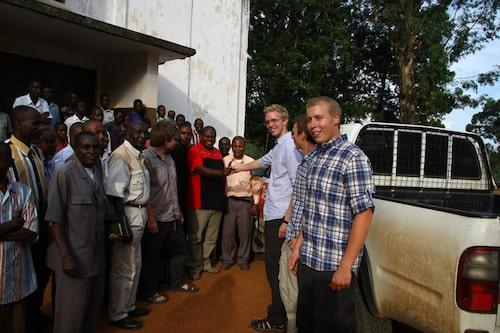 Överlämning av bilnyckel till sjukhusets representanter