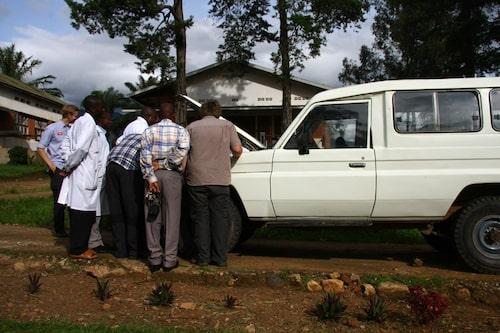 Sjukhusets tidigare fordon, en gammal Land Cruiser med knäckta bladfjädrar och oljeläckande motor.