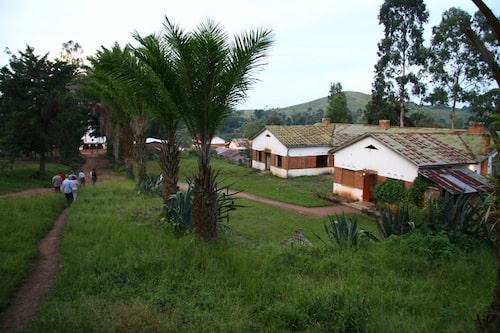 Många hus står fortfarande utbrända och oanvända efter gerillans attacker.