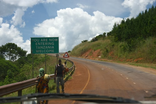Sista gränspasseringen innan Sverige. Vi är tillbaka på trygg mark i Tanzania!
