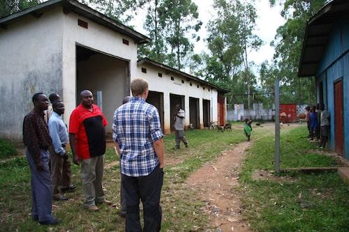 Vi fick en rundtur i byn som har drabbats hårt av inbördeskriget. Här är det som fanns kvar av sjukhusets garage.