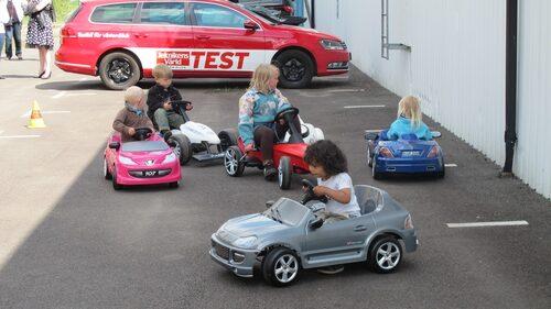 Trampbilar som passar de små. Olika märken, modeller och färger. Populärt!