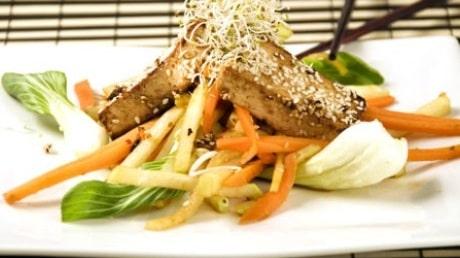 Marinerad tofu passar till både nudelsoppa och vegosushi.
