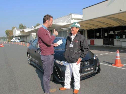 Daniel Frodin och Suehiro Hasshi i samspråk kring nya Civic Type R.