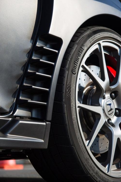 Gälar vid framhjulen släpper igenom kylluft för frambromsarna.