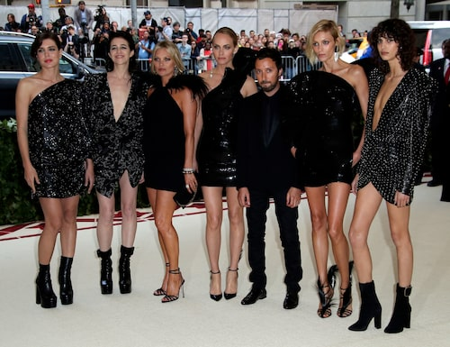 Mica Arganaraz, Anja Rubik, Anthony Vaccarello, Amber Valletta, Kate Moss, Charlotte Casiraghi och Charlotte Gainsbourg på Met-galan 2018.