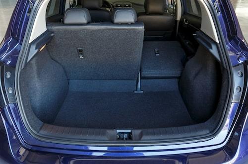 Lastutrymmet är betydligt mindre än i till exempel Peugeot 308. Bakre sittdynan fälls inte och lastgolvet är minst sagt ojämnt.