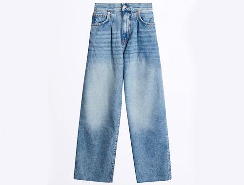 Utsvängda jeans från Gina Tricot. Klicka på bilden och kom direkt till produkten.