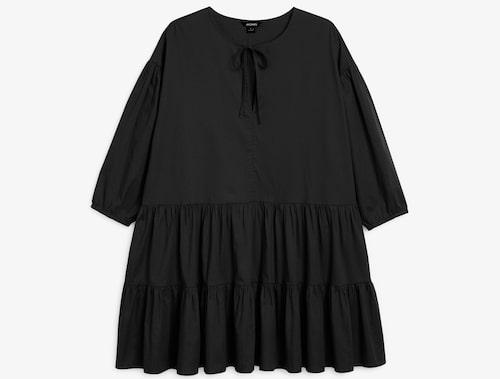 Svart klänning i a-linjeform från Monki. Klicka på bilden och kom direkt till produkten.