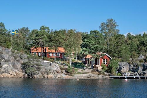 Som hämtat ur en reklamfilm. Alla husen är vända mot vattnet. Till höger ligger Sjöstugan; det stora huset är utbyggt åt vänster. Knotiga tallar och skira björkar skyddar mot sol och skänker insynsskydd.