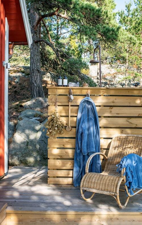 Elins vurm för rottingmöbler och blåvita inslag är omsatt i praktiken på bland annat uteplatsen vid bastun.