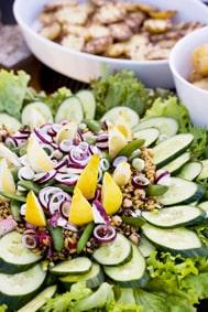 Ett generöst salladsfat blir mer matigt med förstärkning av goda gryn och baljbväxter.