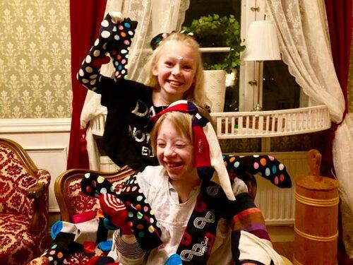 Nathea och Noelle rockar sockorna den 21 mars. Foto: Privat