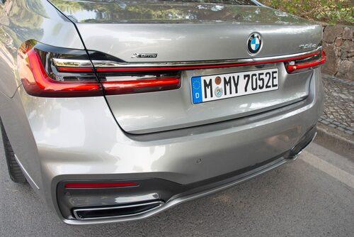 745Le innebär sexcylindrar och elmotor. Designen i princip densamma bakifrån.