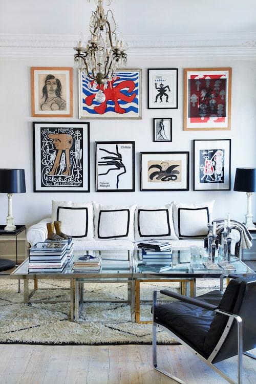 Den vita soffan har följt Rupert de senaste tjugo åren. Ovanför hänger konst av bland andra den amerikanska konstnären Alexander Calder samt konstkritikern och bildkonstnären Yvon Taillandier – alla funna på danska och internationella auktioner. Den svarta läderstolen formgavs 1968 av Fabricius & Kastholm och den handknutna mattan är en gammal marockansk Beni Ouarain.