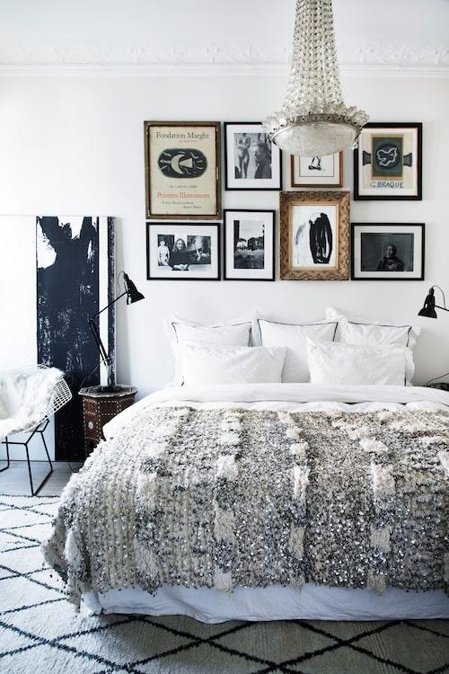 Sovrummet är konsekvent inrett med samma färger och känsla för samspel mellan ytor och texturer som i resten av lägenheten. På sängen ett traditionellt brudtäcke från Marrakech, och på golvet en tjock Beni Ouarain-textil, också från Marocko. En målning av den svenska konstnären Inger Sand Lee står lutad mot väggen, bredvid Harry Bertoias klassiska Diamond chair och ett litet marockanskt nattduksbord med inläggningar av ben och pärlemor.