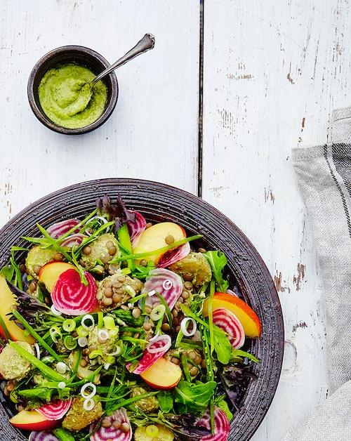 Servera gärna ihop med grillad halloumi eller fisk. Äter du salladen som den är kan du med fördel dubbla mängden linser.