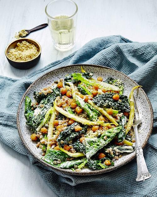 Gör salladen glutenfri genom att byta ut dinkel mot quinoa eller vildris. Servera med ugnsbakad tofu eller fisk för en matigare sallad.