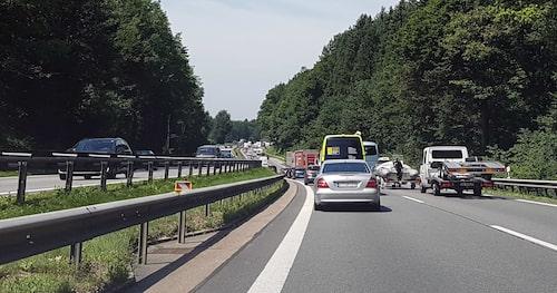 En slät bit motorväg i södra Tyskland, dock med stillastående kö. Med det inte sagt att tyska vägar alltid är släta, för det är de inte.
