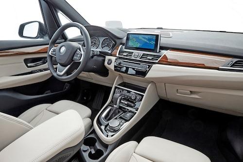 Det osar premium i kupén på BMW 2-serie Gran Tourer. Bildskärmen har helt rätt placering.