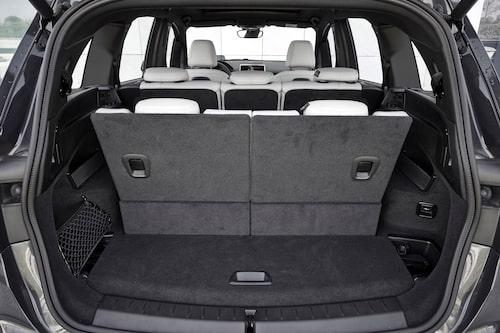 Stort och lättlastat bagageutrymme om än kanske inte med sju personer i bilen. Många fack finnes.