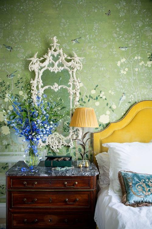 Gästrumstapeten är deGournays handmålade Temple Newsam. På byrån, florentinsk lampfot i oxiderat silver, Porta Romana, chippendale-spegel, deGournay, sammetskudde, Beaumont&Fletcher, sängkläder, Fermoie.