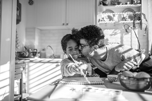 Att bara finnas tillgänglig för sitt barn – det är ett sätt att stärka relationen.