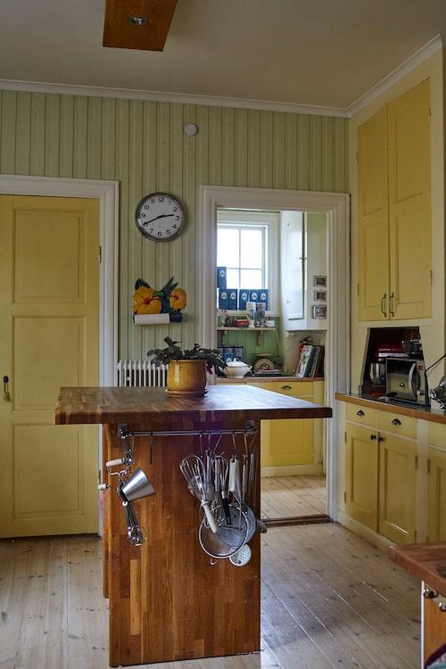 """Edward tillbringar flera timmar i köket varje dag. När det väntas gäster står båda makarna Blom vid grytorna. """"Oftast kör vi fyrarätters men visst kan vi ha anspråkslösa grillmiddagar också."""""""
