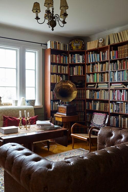 """Biblioteket är inrett med en kombination av Ikeas Billyhyllor och Mios snarlika variant. """"Det hade förstås varit häftigt med en platsbyggd bokhylla. Men idag anser ju folk att man kan läsa digitalt och det skulle vara ett sådant resursslöseri att låta bygga något fint som nästa ägare bara river ut."""""""