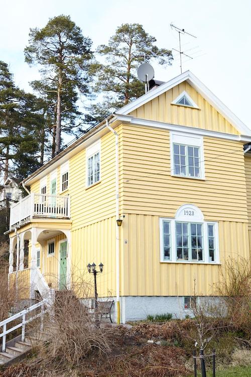 När längtan efter villa pockade på letade paret Blom i två år. Målet var att hitta något som var byggt mellan 1850 och 1929. Huset de fastnade för är från 1923 och ligger i Stuvsta, strax söder om Stockholm.
