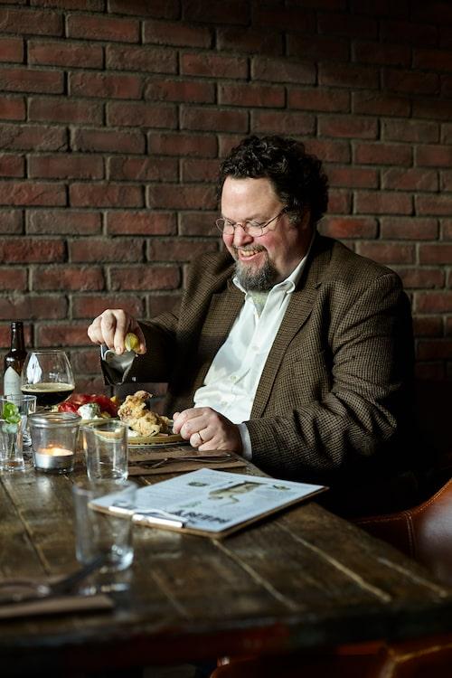 """Nedan: Edward besöker gärna restaurang Julius på Stuvsta torg. """"Utbudet av vin och öl här är långt över vad du förväntar dig vid ett litet förortstorg, personalen är underbar och det är en sådan där riktig kvarters-krogsstämning med många stamgäster från grannskapet."""""""