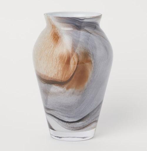 Vacker vas i glas från H&M Home blir fin till barnens egenplockade mors dag-bukett.