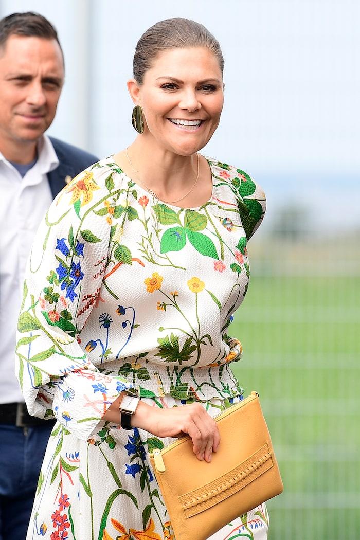 Kronprinsessan Victoria i blommig klänning, med mönster av Gocken Jobs, från Rodebjers vår/sommar- kollektion 2019.