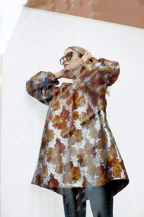 Klänning av polyester/metalliska fibrer, 4 495 kr, Rodebjer. Jeans, Rodebjers arkiv. Pärlring av 18K vitguld, odlad pärla, diamanter ca 0,20 ctv, 1 800 kr, Kaplans. Övriga ringar, Carins privata.
