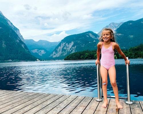Livia tar ett dopp i iskalla alpsjön Hallstätter See i Österrike – alperna levererar! !