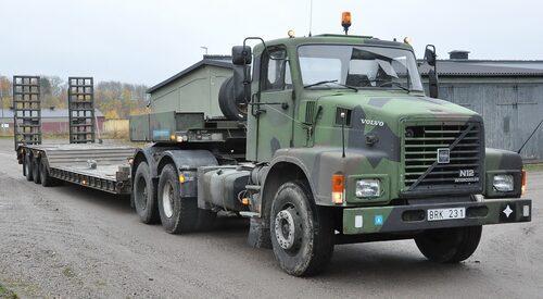 Volvo N12 dragbil med maskintrailer