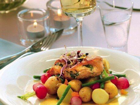Servera potatisen med kycklingfiléer, aprikossås och garnera med aprikostärningar och sangogroddar.