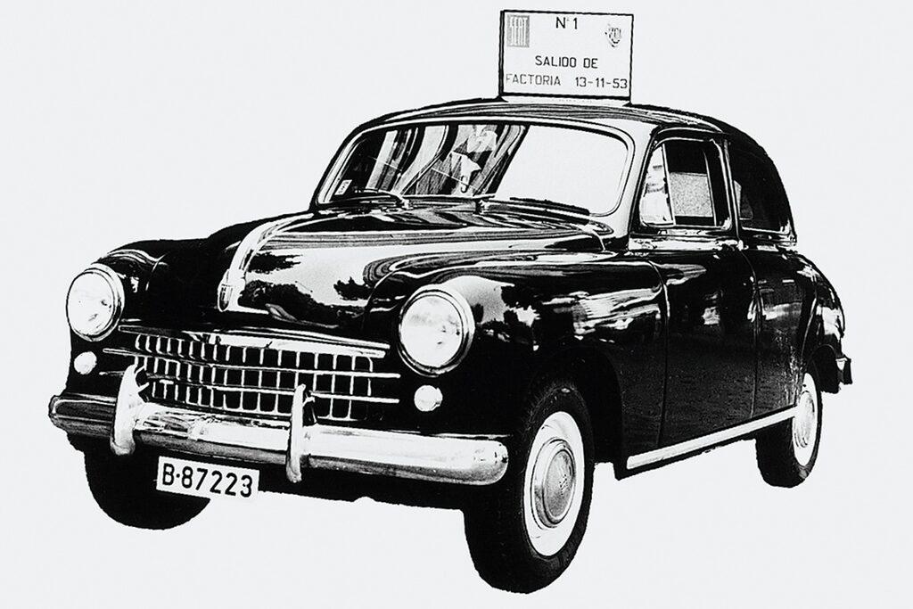 Första exemplaret av Seat 1400, första bilen som rullade av fabriksbandet den 13 november 1953 (som det står på skylten på taket).