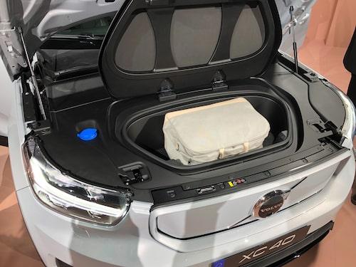 Förutom det traditionella bagageutrymmet, som är lika stort som hos en icke elektrisk XC40, finns även ett utrymme under huven fram. Dock rymmer det bara 31 liter.