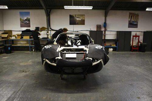 Bilarna byggs helt för hand, monteringsarbetet tar cirka 600 timmar.