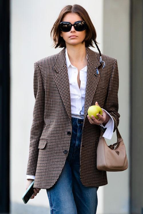 Modellen Kaia Gerbers tidlösa kombination av skjorta, rutig kavaj och blåjeans känns alltid lika aktuell.
